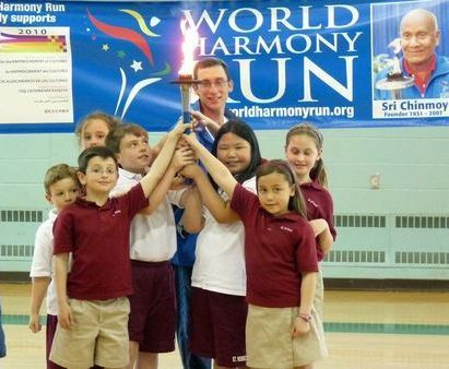 http://www.worldharmonyrun.org/images/usa/news/2010/week01/0419b/0419b_015_7child_lang_torch.jpg